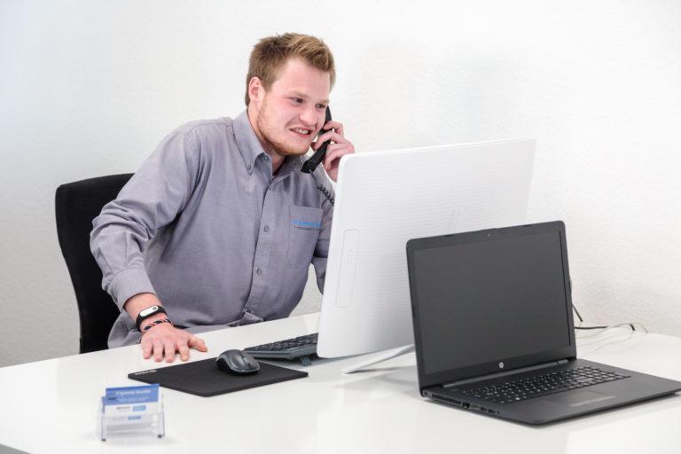 Mitarbeite sitz am schreibtisch vor Computer