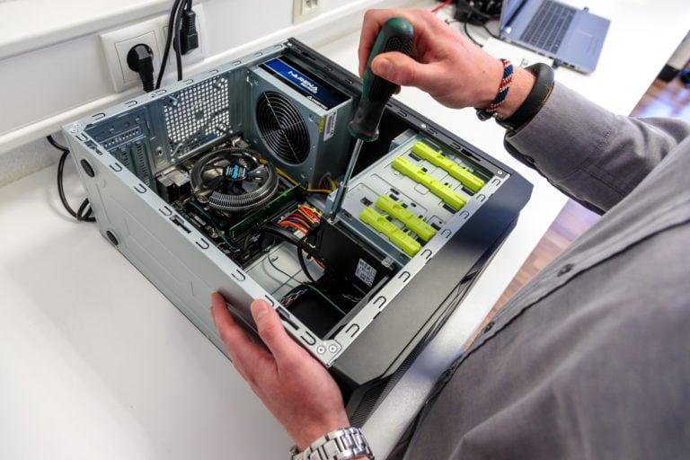 Computer mit Schraubenziehe und offenes Computergehäuse