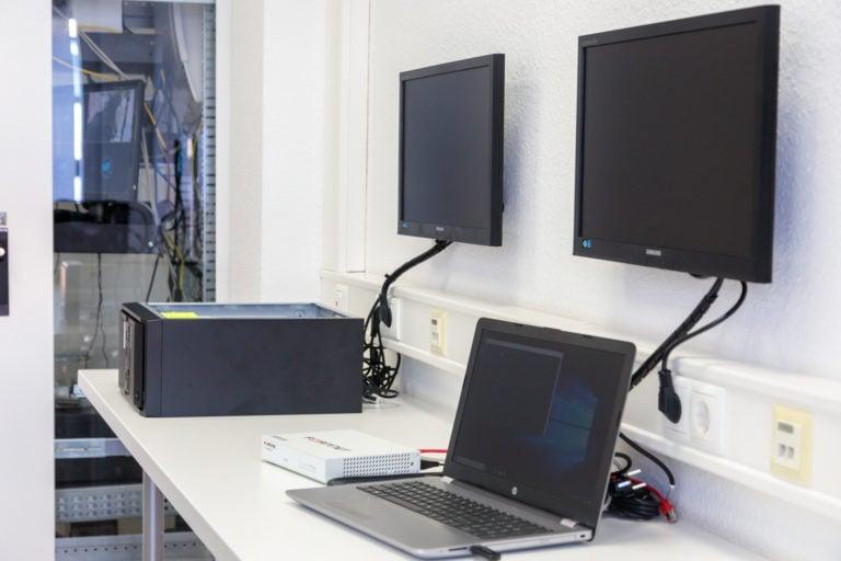 Computer an Bildschirme angeschlossen