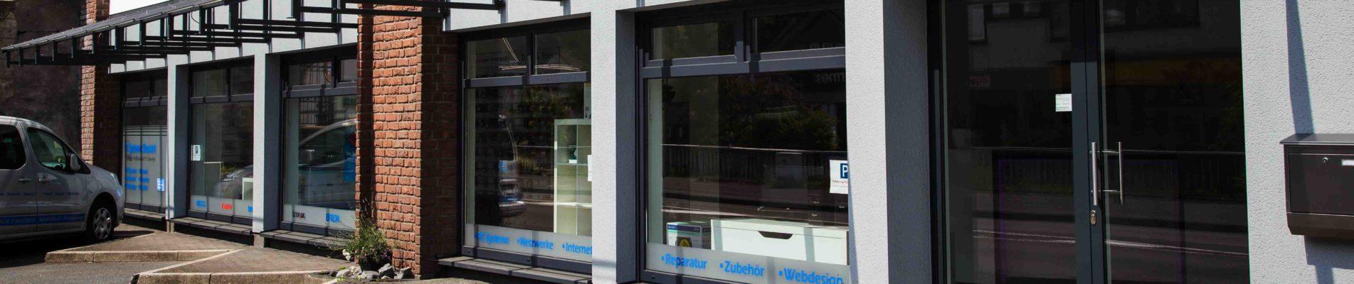Außen am Gebäude von Slusalek Computer Service für Siegen, Freudenberg, Betzdorf, Hilchenbach, Kreuztal und Region.